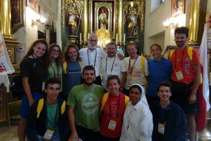I giovani con mons. Marco Arnolfo, già vice parroco a Santena