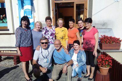 Don Beppe con i volontari che si sono presi cura dei santenesi e cambianesi nell'asilo in cui sono ospitati